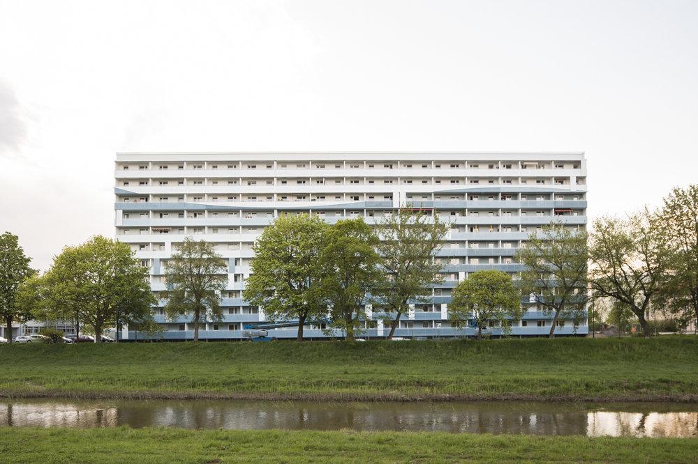 Fassadengestaltung-fassadenverkleidung-metall-balkone-Fassadenplatten-farbe-blau-senftenberg.jpg