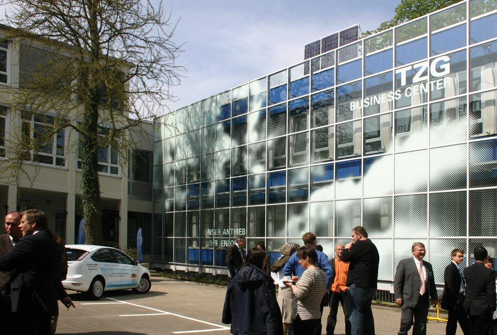 Fassadengestaltung-fassadenverkleidung-buerogebaude-punkte-rasterbilder-bemalung-auf-glas-neuss.jpg