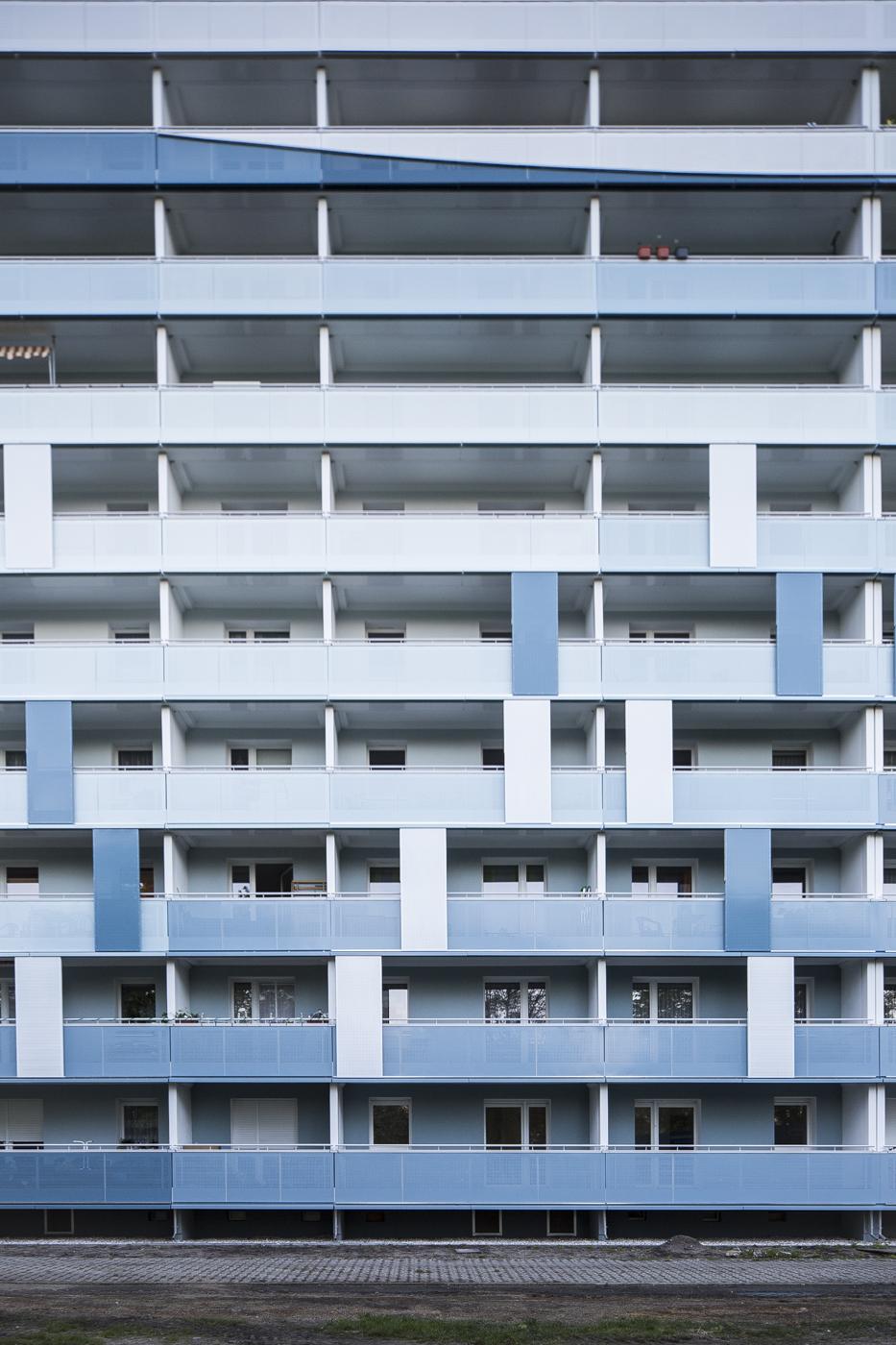 Fassadengestaltung-fassadenverkleidung-balkone-Fassadenplatten-farbe-blau-senftenberg.jpg