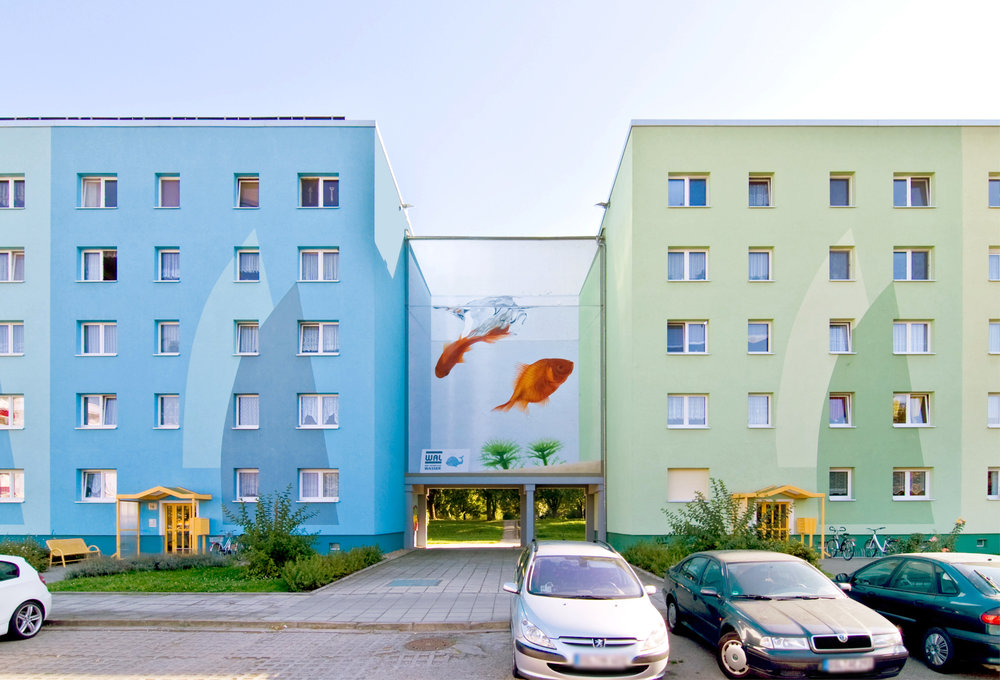 Fassaden-Gestaltung-Wohnbau-Wohnblock-Aquarium-Senftenberg-Illusion-Wandbild-Farbkonzept-blau-gruen.jpg
