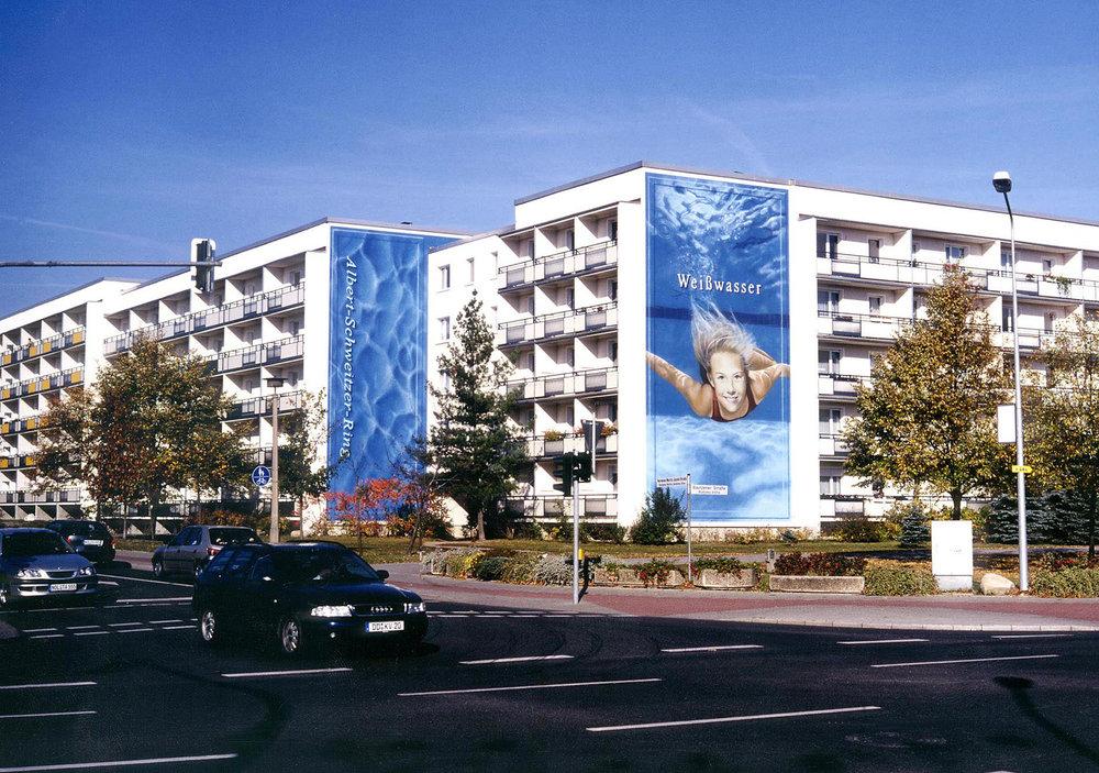 Fassaden-Gestaltung-Wohnbau-Weisswasser-blau-Beispiel-schwimmerin.jpg