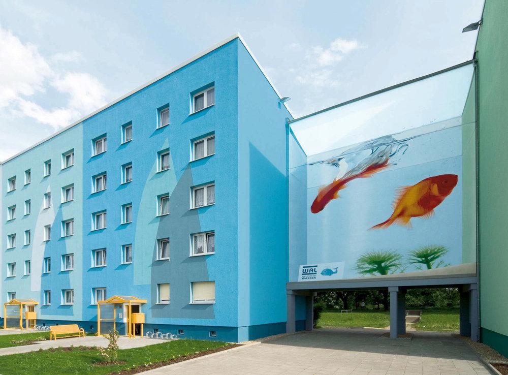 Fassaden-Gestaltung-Wohnbau-Wohnblock-Aquarium-Senftenberg-Illusion-Wandbild-Farbkonzept.jpg
