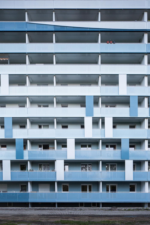 Fassaden-Gestaltung-Wohnungsbau-Balkon-Farbkonzept-Senftenberg-blau.jpg