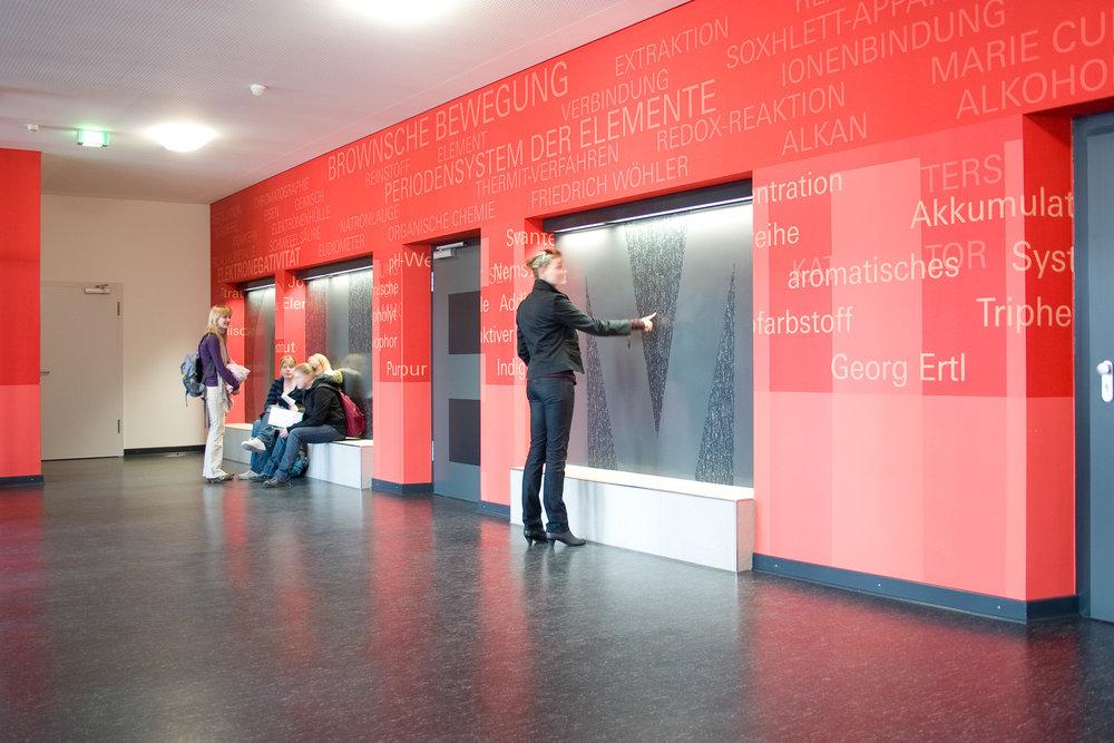 Leitsysteme-Neuss-schule-flurgestaltung-chemie-rot-wegweiser.jpg