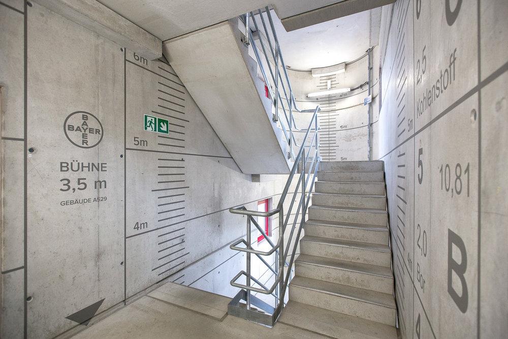 leitsysteme-auf-beton-bayer-treppenhaus-höhe-maßband-typographie-modern.jpg