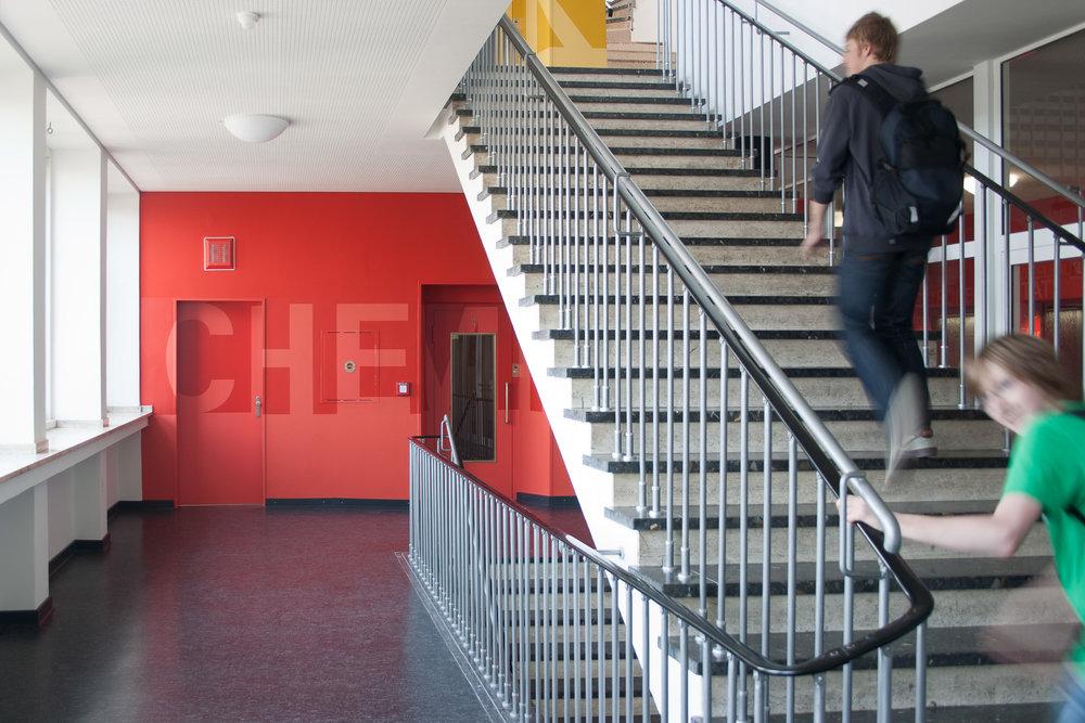 Leitsystem-indoor-orientierung-schule-gestaltung-treppenhaus.jpg