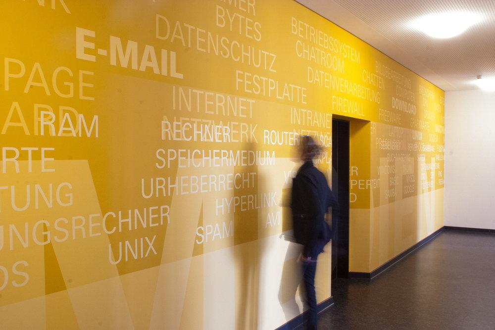 leitsystem-personenleitsystem-schule-wandgestaltung-malerei-musik-flur-gelb.jpg
