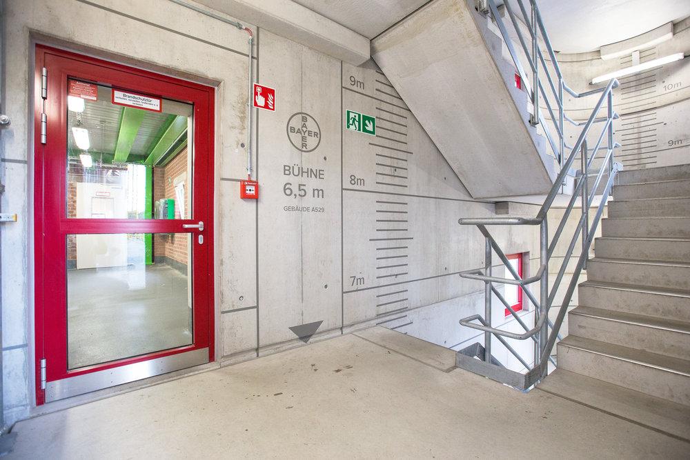leitsystem-sicher-arbeitssicherheit-treppe-bayer-modern-design.jpg