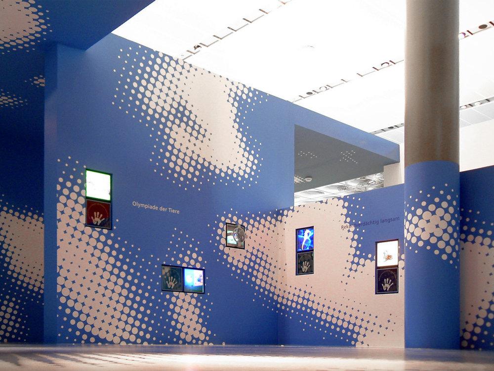 leitsystem-vw-autostadt-ausstellung-erlebnis-blau-grafik-wolken.jpg