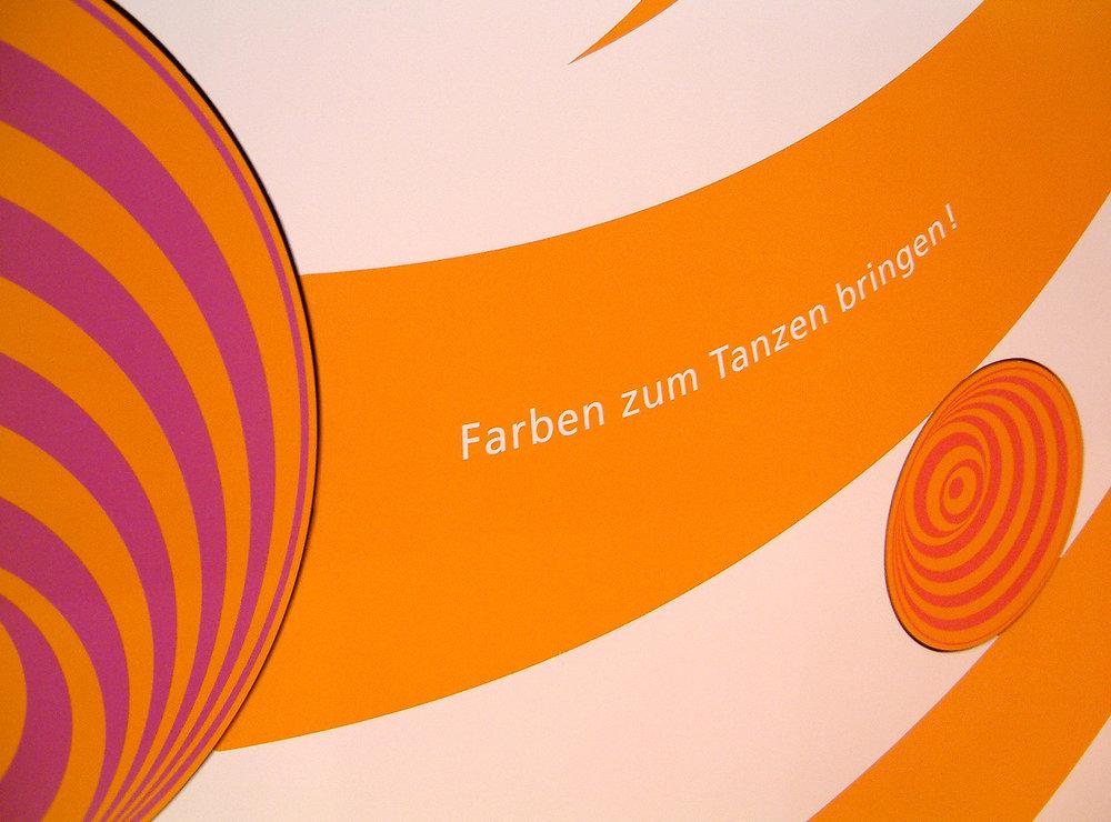 leitsystem-vw-autostadt-schrift-auf-rigips-farbig-kinder.jpg