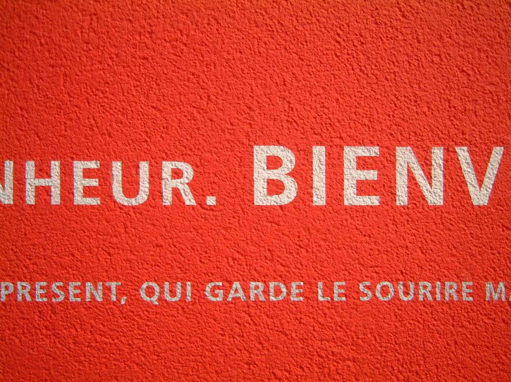 leitsysteme-expo-zuerich-rot-putz-beton-typographie-schrift.jpg