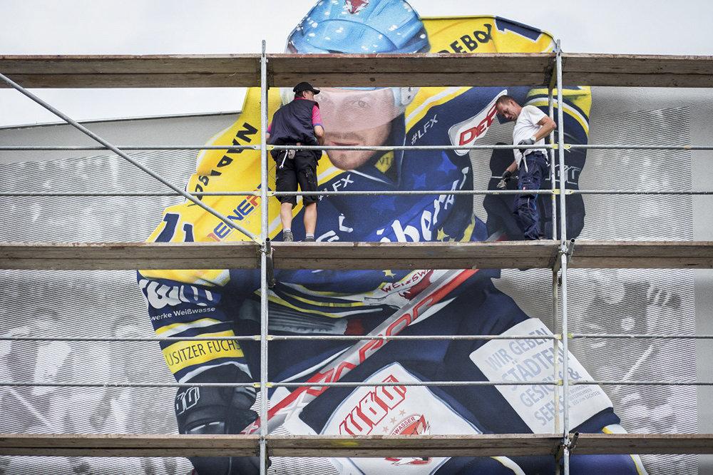 Wand-malerei-giebel-plattenbau-Eishockeyspieler Weißwasser-modern.jpg