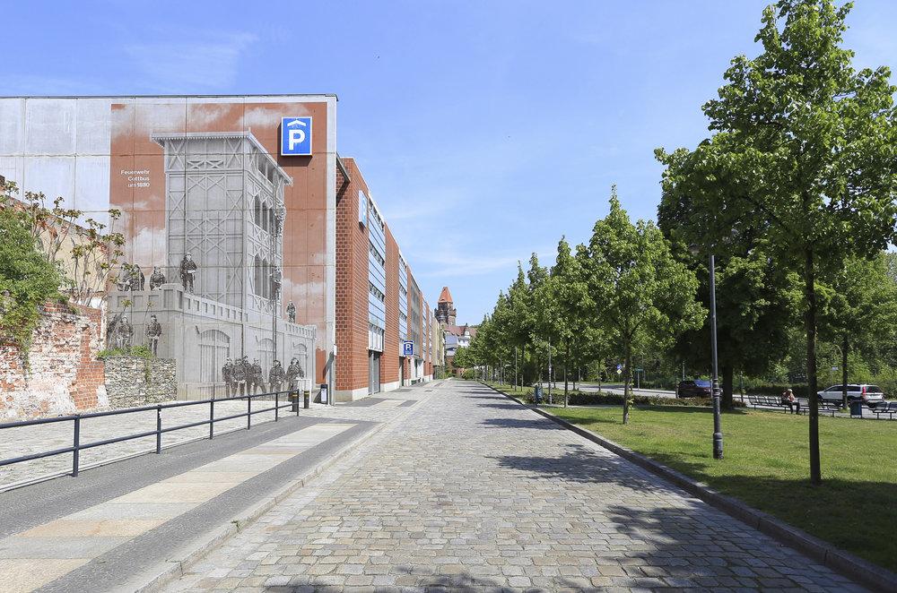 Wandmalerei-Rasterbild-Linien-Feuerwehr-Cottbus-Parkhaus-Beton.jpg
