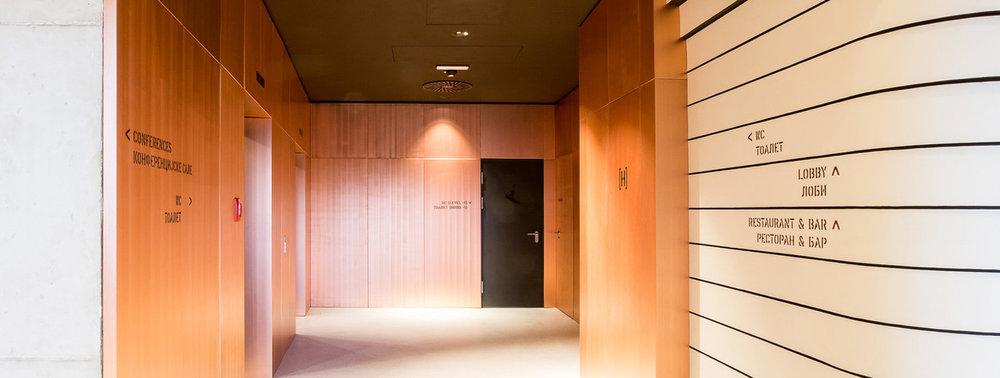 Leitsystem-auf-Holz-Hotel-Orientierung-modern.jpg