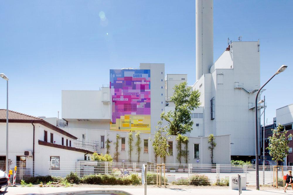 Die Farben wurden geordnet und mit einer künstlerischen Malerei versehen. Bei dieser Fassadensanierung wurde auch der Klinker mit Farbe beschichtet und Bestandsflächen teilweise neu gestrichen oder gereinigt.