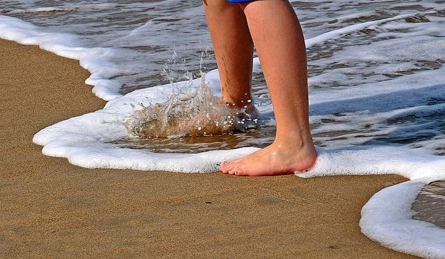 Feet_Legs_Sand_Wave_Beach_Barefoot_Ocean_1599884_S_.jpg