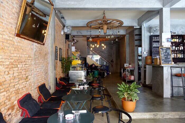 eatdrinklaos-vientiane-atmo-restaurant-inside