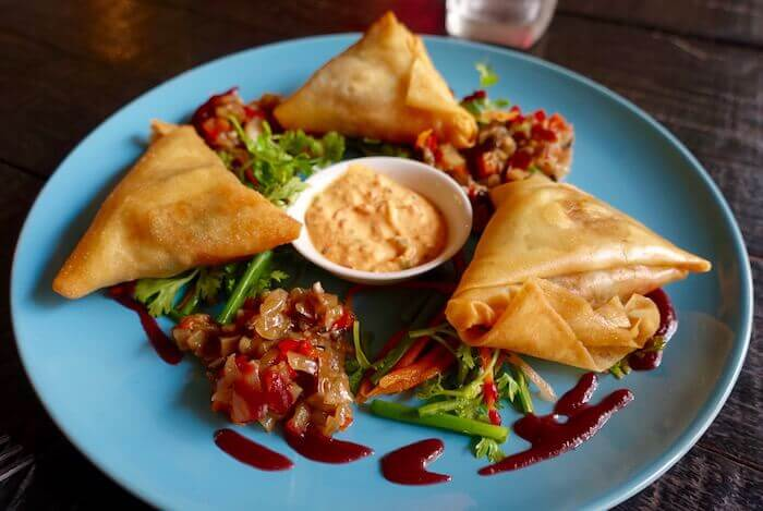 eatdrinklaos-vientiane-atmo-veggie-samosas