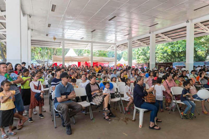eatdrinklaos-vientiane-wig-bazaar-crowd