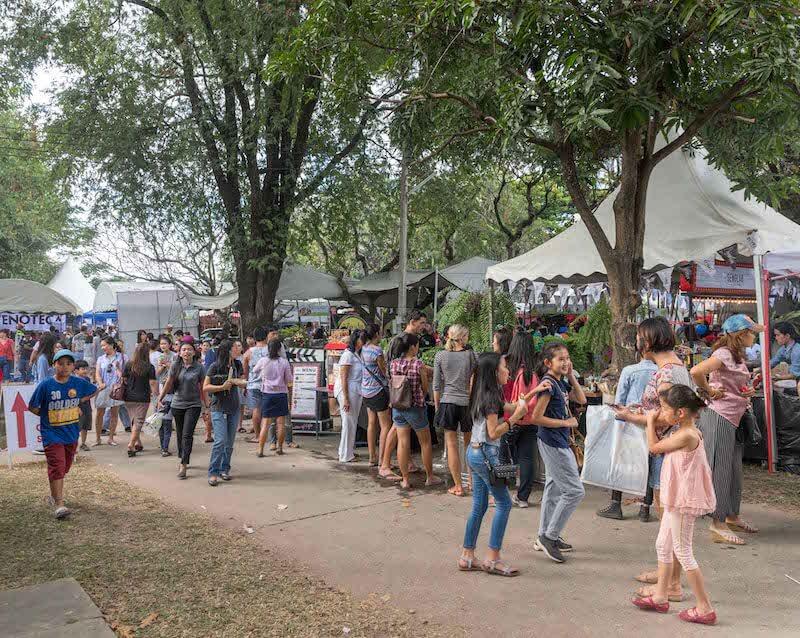 eatdrinklaos-vientiane-wig-bazaar-crowd2