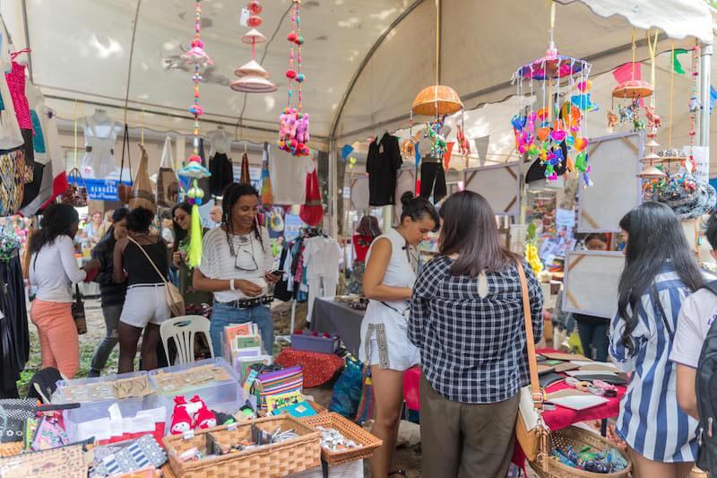 eatdrinklaos-vientiane-wig-bazaar-shopping