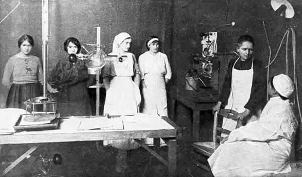 Marie Curie (second from right) instructs nurses in radiology, via Médecins de la Grande Guerre