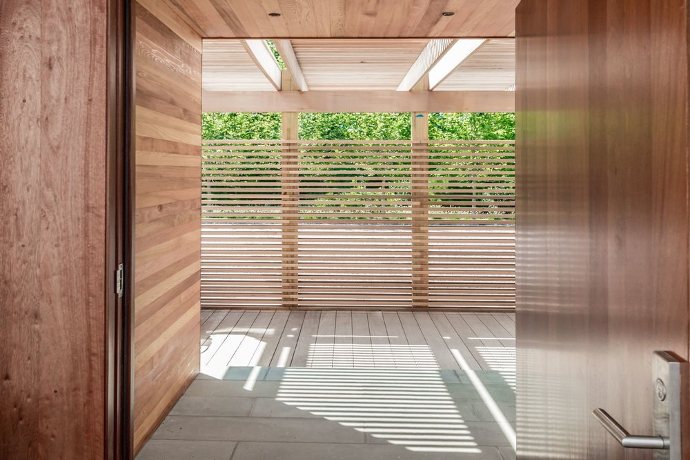 res4-resolution-4-architecture-modern-modular-house-prefab-amagansett-addition-entry-screenwall-light-shade.jpg