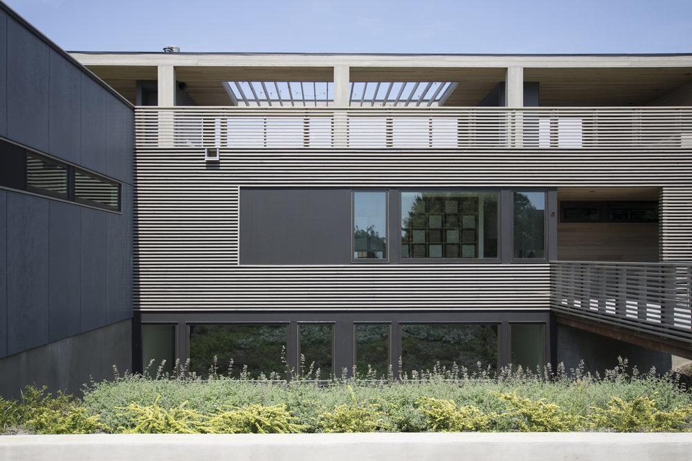 02-res4-resolution-4-architecture-modern-modular-house-prefab-home-north-fork-bluff-house-exterior-facade-elevation.jpg