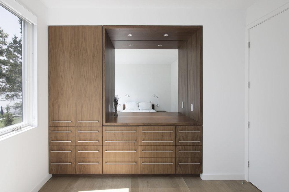 21-res4-resolution-4-architecture-modern-modular-house-prefab-home-north-fork-bluff-house-interior-bedroom-millwork.jpg