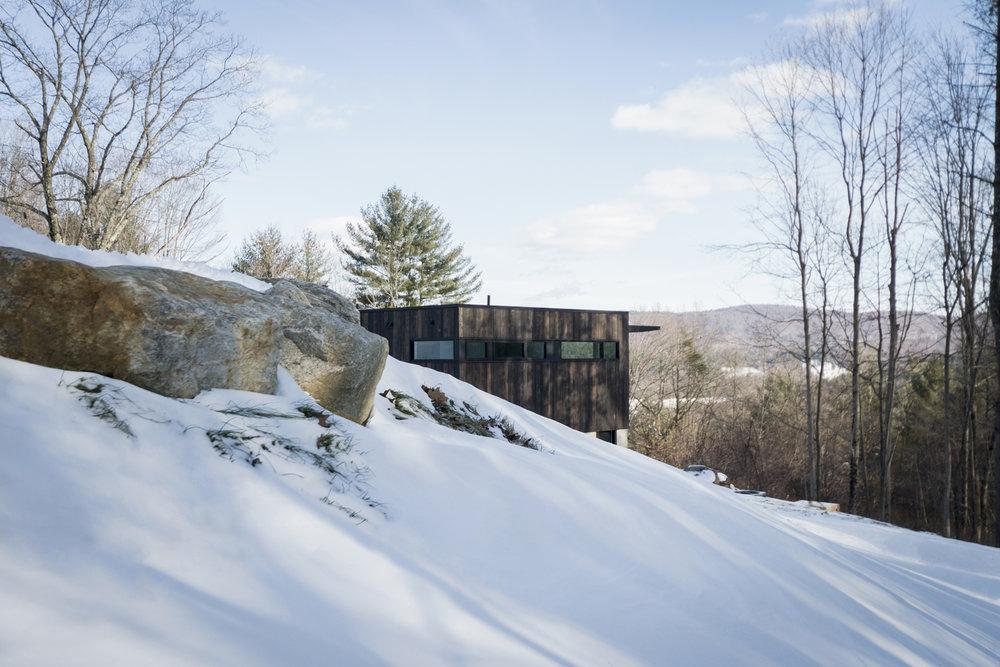 03-res4-resolution-4-architecture-modern-modular-prefab-home-cornwall-cabin-exterior-winter.jpg