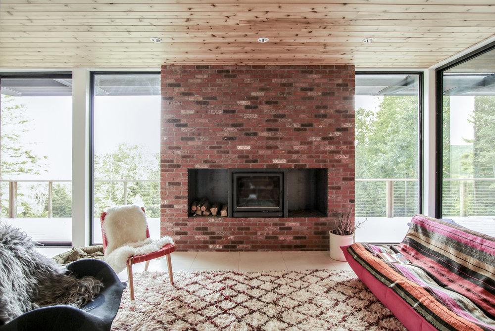 05-res4-resolution-4-architecture-modern-modular-prefab-home-cornwall-cabin-interior-living.jpg
