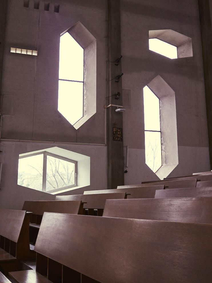 Milano Chiesa di Santa Maria Annunciata presso Ospedale San Carlo 1964-66 Architetto Gio Ponti.jpg