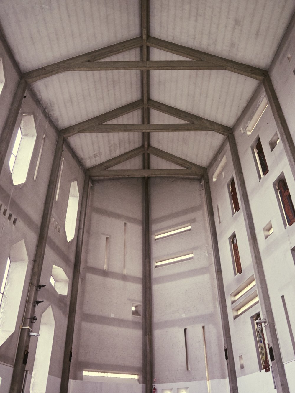 Milano Chiesa di Santa Maria Annunciata presso Ospedale San Carlo 1964-66 Architetto Gio Ponti (1).jpg