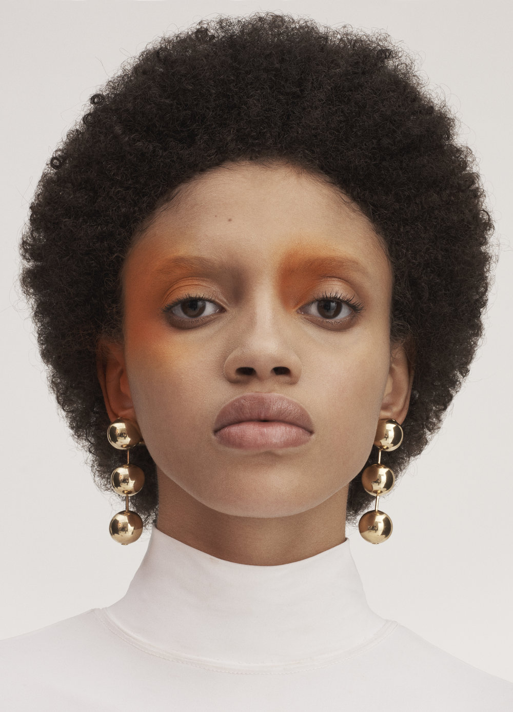 White turtleneck and gold metal pearl earrings BALENCIAGA.