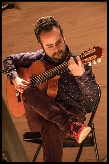 """SIMÓN GONZÁLEZChile - Profesor de guitarraGuitarrista y compositor, González ha sido un activo cultor de la música que fusiona corrientes contemporáneas con raíces folclóricas de Sudamérica, y se ha posicionado como continuista de esa corriente iniciada por Juan Antonio Sánchez. Simón González tuvo protagonismo musical incluso antes de su nacimiento en 1984, con la canción que sus padres —el baterista Sergio González y la cantautora Mariela González— escribieron para el grupo Congreso en 1983: """"En el patio de Simón"""". Treinta años después, y luego de una larga experiencia como músico acompañante en discos y conciertos, editó su primer trabajo con composiciones propias: Pieza de música (2013)."""