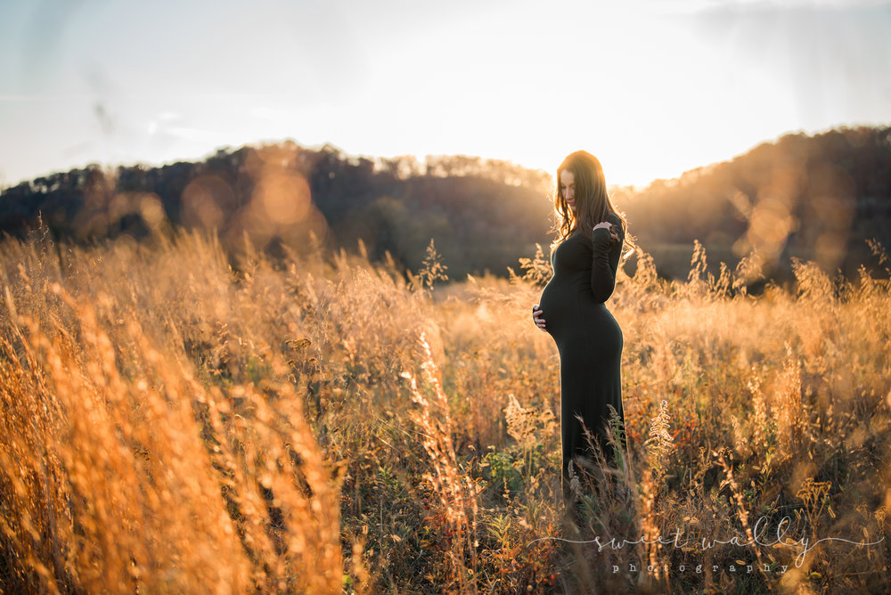 Outdoor maternity photos by Sweet Wally Photography | Photographer in Nashville, TN