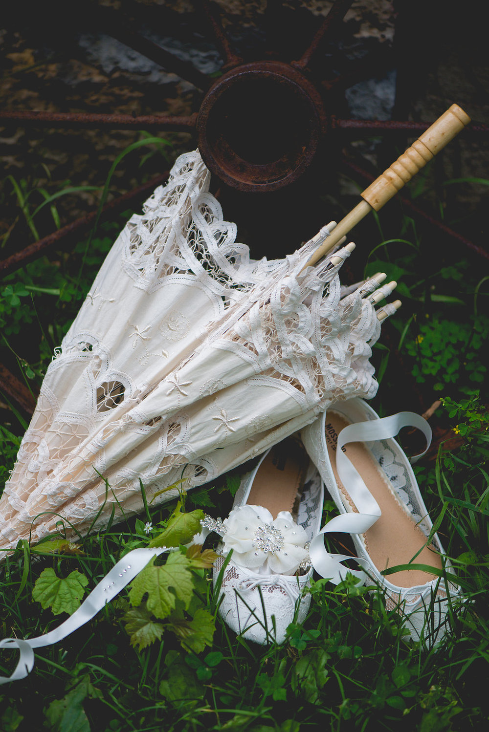 vintage sun umbrella for your wedding day | Kelly Birch Photography