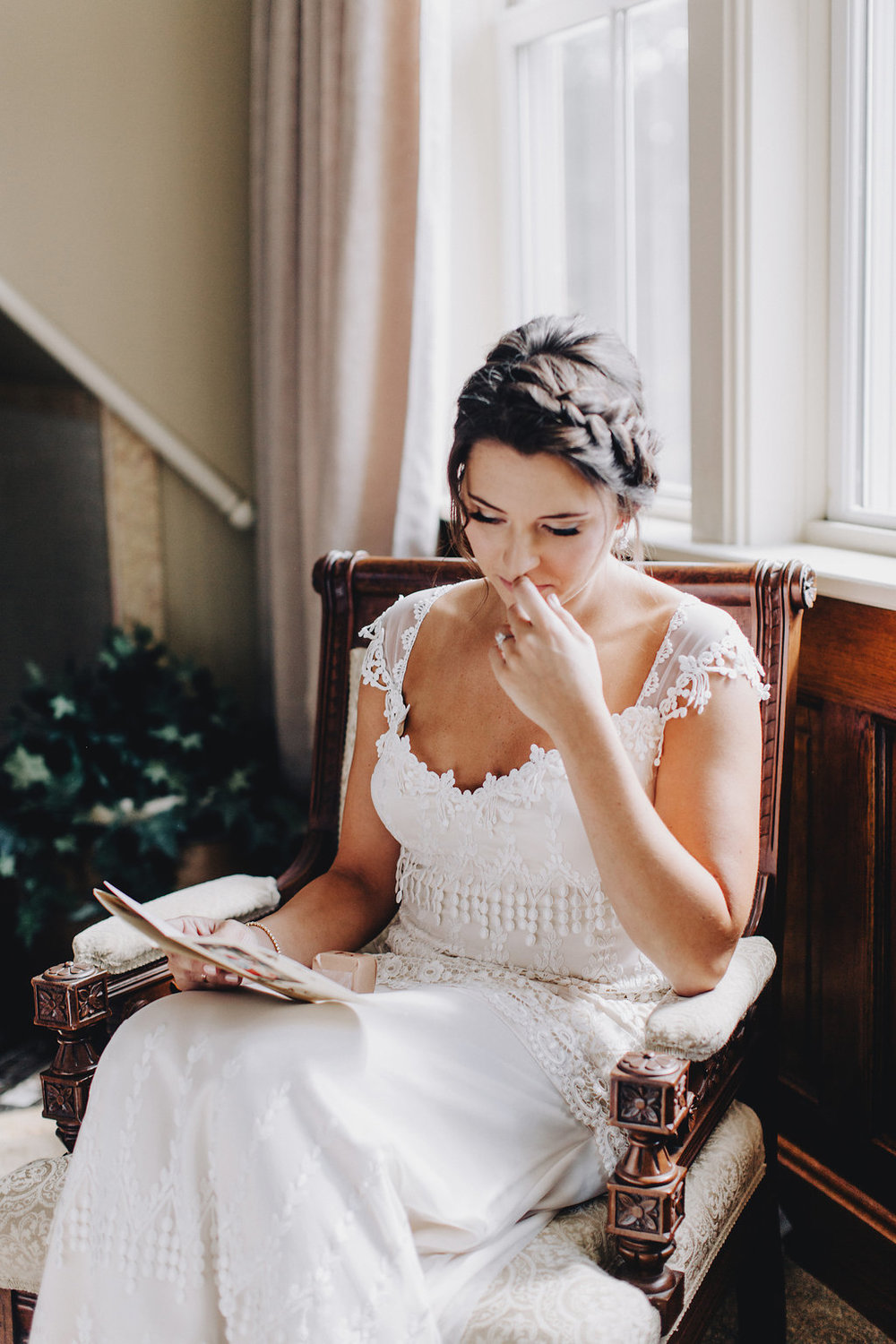 reading personal cards on the morning of your wedding  | Acowsay Videography | Matt Lien Photography | Sixpence Standard Wedding Blog