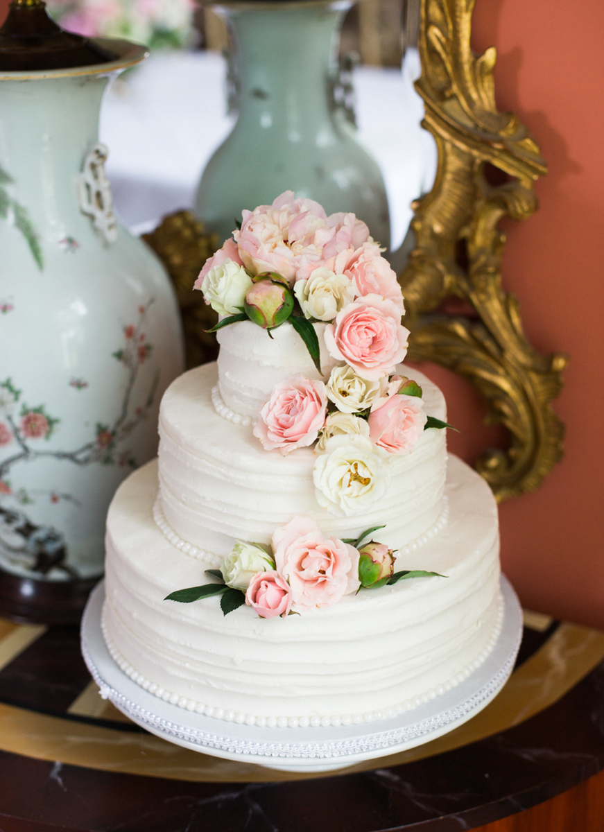 Sarah Jane wedding photography | Minnesota wedding planner blog | white three tier cake with fresh flowers
