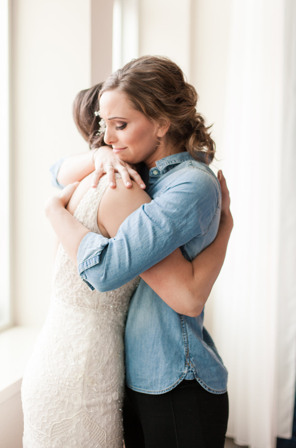 sister hug during first look | Jessa Anderson Photography | Sixpence Events & Planning | wedding blog | winter wedding
