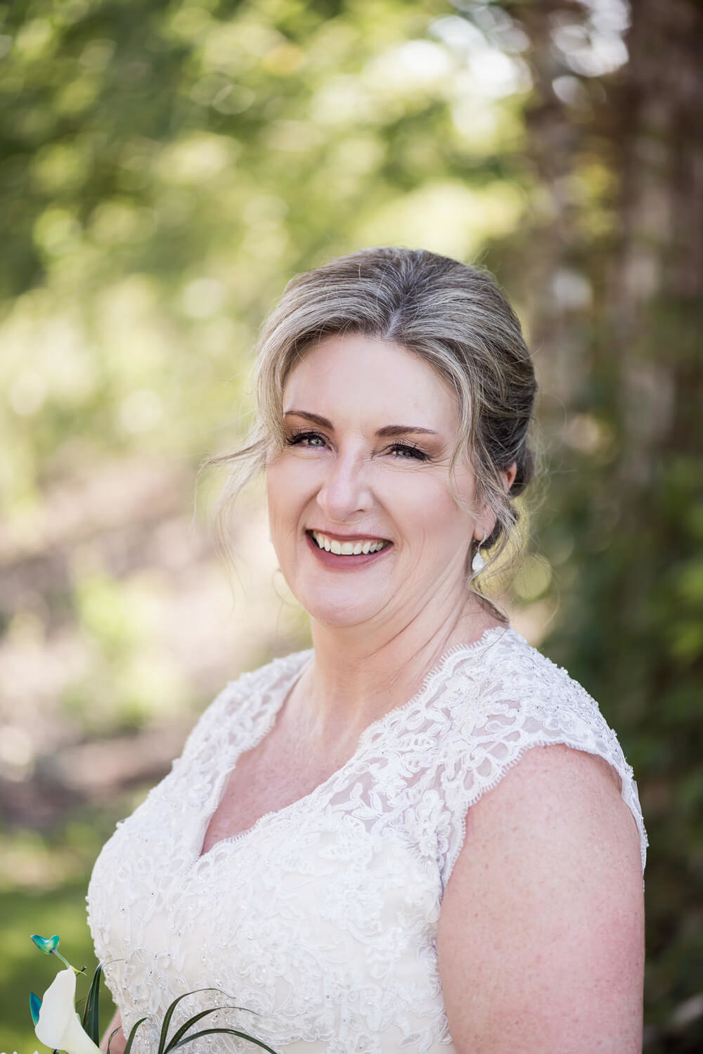 K Solberg Photography | Elm Creek Chalet | Minneapolis day of coordinator Sixpence Events | thick sleeve lace v neck wedding dress