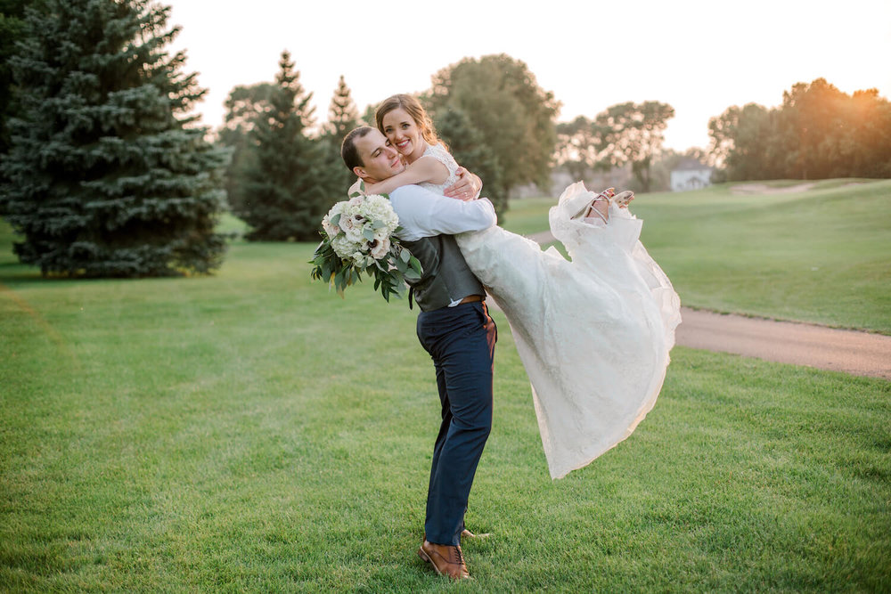 should I take golden hour photos and what are they? when do they happen?  | Lauren Baker Photography Minneapolis wedding photographer | Sixpence Events blog post Wedding Photography Tips
