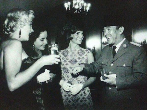 """""""Marilyn Monroe, Elizabeth Taylor, Jackie Kennedy and President Soekarno – Circa 1960s"""" -https://www.wowshack.com/you-have-never-seen-indonesia-like-this-before-30-rare-historical-pictures/"""