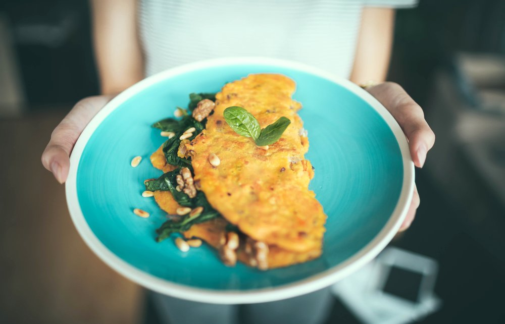 American diner - Omelette with spinach, bell peppers, and 1 oz (i.e. thumb size amount) cheese.Ensure no milk, onion, flour, or added spices. 1/8 avocado (2 small slices) OR up to 2 Tbsp cream cheese on top. On side: 1/2 cup cantaloupe, honeydew, or grapes.
