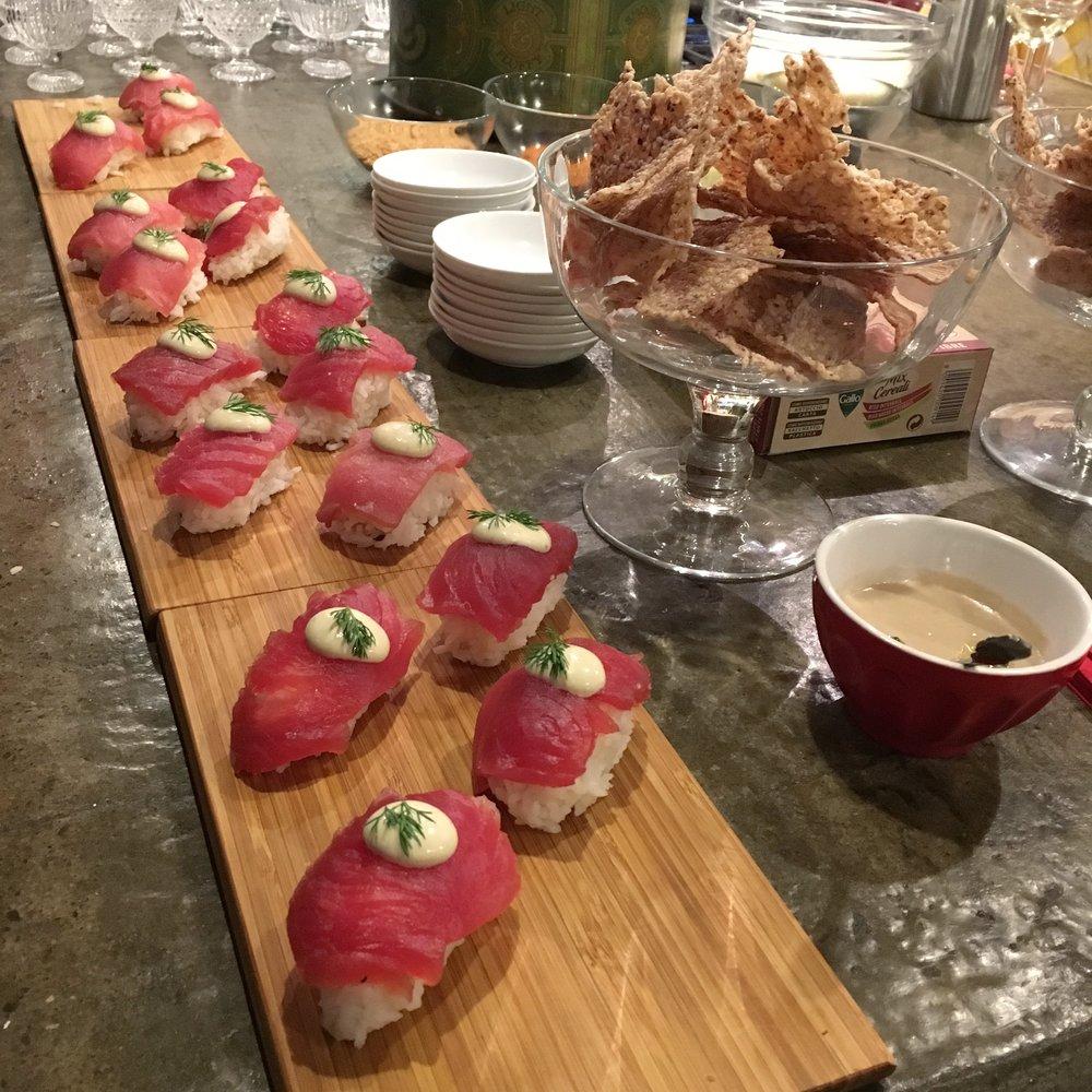 Nigiri di tonno con riso Aroma e aioli - Cracker mix di cereali