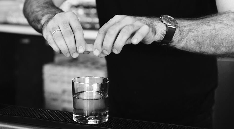 bartender-adding-twist-to-drink_925x.jpg