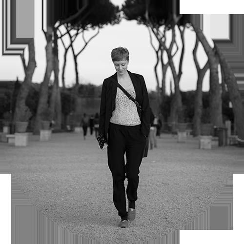 MIRJAM KLEIN - Mirjam ist hauptberufliche Fotografin für Familien und Hochzeiten.Sie reist, um mit Menschen ins Gespräch zu kommen, eine andere Perspektive einzunehmen. Mit dabei immer ihre Fuji X100T, eine kleine Liste mit Dingen, die sie erleben und Orte, die sie sehen will,Bücher und ein Notizheft, um an neuen Orten zu lesen, denken und schreiben. Mit schönem Ausblick oder mitten im bunten Treiben.www.punktmirjam.de