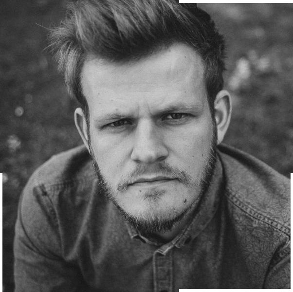 SASCHA HILGERS - Sascha ist Weltenbummler, Fotograf und isst am liebsten Eintöpfe. Er mag die kalten Jahreszeiten und würde gern nach Island auswandern. Er träumt von stürmischen Tagen, salziger Luft und ist fasziniert von rauen Klippen.www.saschahilgers.com