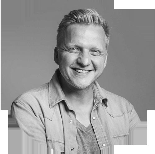 STEFFEN BÖTTCHER - Steffen, ehemaliger Grafikdesigner, wohnt im Grünen und ist leidenschaftlicher Portrait-, Hochzeits- und Reisefotograf. In seinem kleinen, wahrgewordenen Traum, dem heimeligen Heidestudio, bietet er außerdem Workshops und Coachings an. Seine Reisen sind sehr intensiv, ehrlich und immer nah am Leben der Einheimischen. Diese bewusste Art zu Reisen hält er in seinen Logbüchern fest.www.steffenboettcher.com