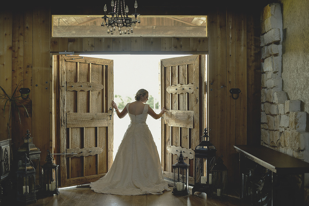 houston-tomball-moffitt-oaks-bridal-photo-rustic-doors